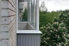 17-Остекление-балкона-в-брежневке-528КП41-серии