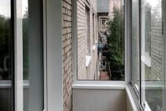 18-Остекление-балкона-в-брежневке-528КП41-серии