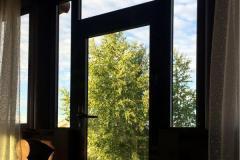 06-Пластиковая-дверь-в-загородном-доме-гор-Пушкин